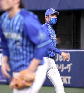 6回攻撃終了後、投手交代を告げ、元気なくベンチに戻る三浦大輔監督(カメラ・岩崎 龍一)