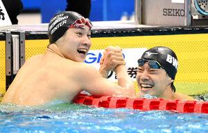 男子200メートル平泳ぎ2位で五輪代表に内定した武良(右)は、優勝した佐藤と握手し喜んだ(カメラ・竜田 卓)