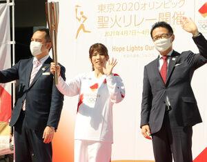 地元の三重・津市の第1走者を務めた吉田沙保里さん(写真中央)