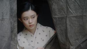 福富の焼け跡にて。客の様子を見る千代(杉咲花)(C)NHK