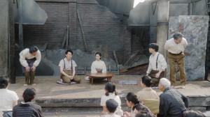 福富の焼け跡にて。芝居をする一同(C)NHK
