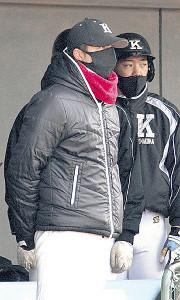ベンチで戦況を見る駒大苫小牧・佐々木監督