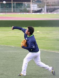 神宮外苑での投手練習中に右投げに挑戦したヤクルト・田口