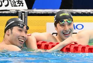 2位で五輪代表に内定した萩野公介(左)は瀬戸大也と笑顔で健闘をたたえ合う