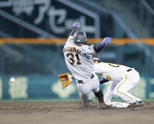 3回2死一塁、二塁盗塁を決める松原聖弥(手前)(カメラ・渡辺 了文)