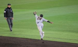5回1死、佐藤輝明の打球を好捕する二塁手・吉川尚輝(カメラ・石田 順平)