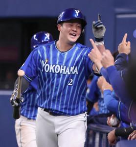 6回2死一塁、牧秀悟が左越えへ逆転の2ラン本塁打を放ち、ベンチ前で迎えられる