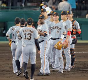 今季1号本塁打を放ってチームの完封勝ちに貢献した坂本勇人(右から3人目)は笑顔でナインを出迎える(カメラ・泉 貫太)