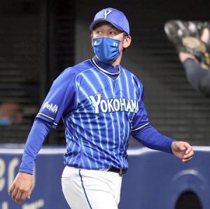 6回攻撃終了後に投手交代を告げる三浦大輔監督