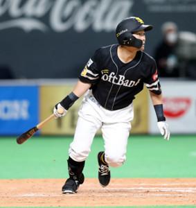 8回1死二、三塁、右前に勝ち越しの2点打を放った中村晃
