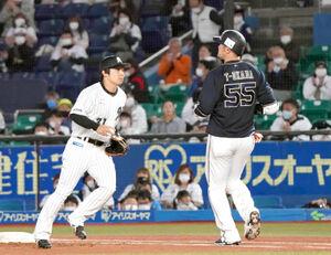 2回2死、投ゴロに倒れたT-岡田(右)左は菅野剛士