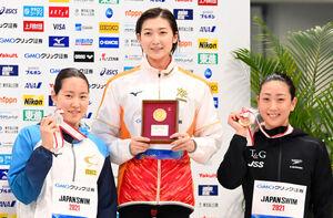 リレー代表に内定した(左から)2位の酒井夏海、優勝の池江璃花子、3位の五十嵐千尋(カメラ・竜田 卓)