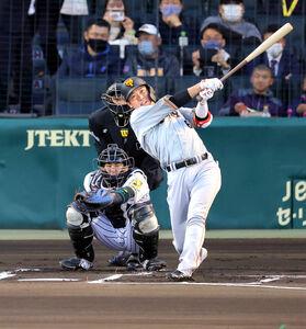 1回1死、左中間へ先制のソロ本塁打を放つ坂本勇人(カメラ・泉 貫太)