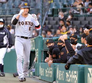 1回1死、先制の中越えソロ本塁打を放ちナインとエアグータッチをする坂本勇人(カメラ・中島 傑)