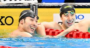 五輪代表に内定し瀬戸大也と笑顔で健闘をたたえ合う萩野公介(左)(カメラ・竜田 卓)