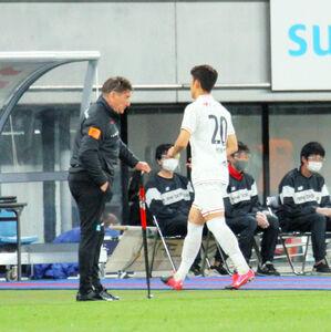 後半、VAR判定の末に退場する札幌DF金(右)とペトロヴィッチ監督