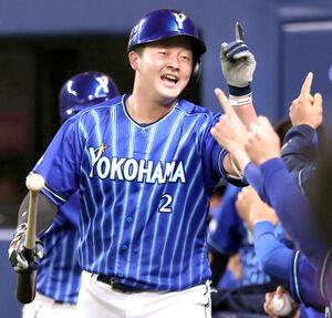 6回2死一塁、牧秀悟が左越えへ逆転の2ラン本塁打を放ち、ベンチ前で迎えられる(カメラ・岩崎 龍一)