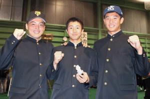 スポーツ記者を目指している山本(中)とヤクルト1位・奥川(右)、巨人5位・山瀬(東京本社管内で)