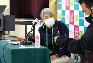 第1ラウンドの開始時間について説明するLPGAの小田美岐専務理事と大会スタッフ (カメラ・豊田 秀一)