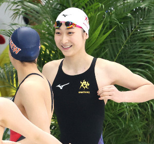 リラックスした様子で女子50メートル自由形予選に臨む池江璃花子(代表撮影)