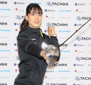 会見でプロ転向を発表したフェンシングの江村美咲が笑顔でポーズ
