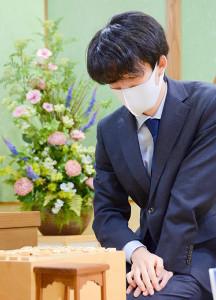 今期初対局に臨む藤井聡太二冠(日本将棋連盟提供)