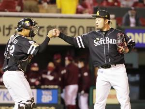 9回に登板した森唯斗は3者凡退で捕手・海野隆司とタッチ
