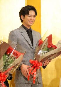 花束を手に笑顔を浮かべた加藤シゲアキ(カメラ・森田 俊弥)
