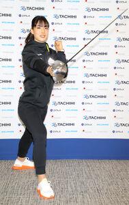 プロ転向を表明し、ポーズをとるフェンシングの江村美咲(カメラ・森田 俊弥)