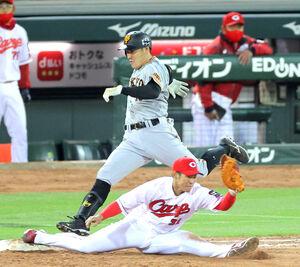 7回2死満塁、遊ゴロに倒れた梶谷(一塁手・坂倉)(カメラ・泉 貫太)