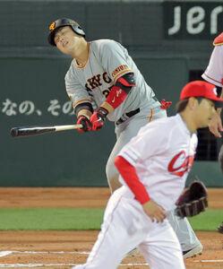 6回無死一、二塁の好機で二飛に倒れた岡本和(投手・大瀬良、捕手・会沢=カメラ・泉 貫太)