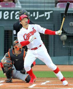 1回2死、左越えにソロ本塁打を放つ鈴木誠也