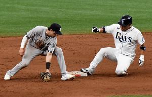 5回、二塁に滑り込む筒香(右)(ロイター)