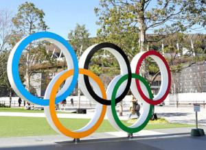 国立競技場前のオリンピックモニュメント