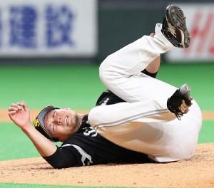 6日の日本ハム戦、渡辺の投直の打球処理で左足を痛め倒れ込む千賀