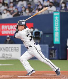 1回2死二塁、吉田正尚は先制となる左翼線への適時二塁打を放つ