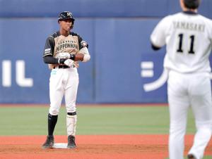 5回1死、万波中正はプロ初安打となる右中間への二塁打を放つ