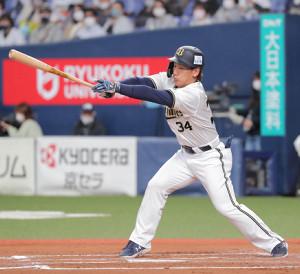 6回1死二塁、吉田正尚は同点となる中前適時打を放つ