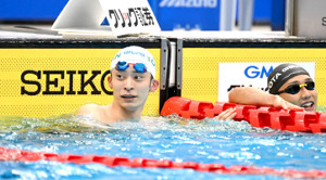 男子50m背泳ぎ決勝で優勝した入江陵介(右は4位の川本武史=カメラ・竜田 卓)
