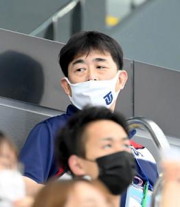 スタンドから選手の動きを見る日本代表の平井伯昌ヘッドコーチ