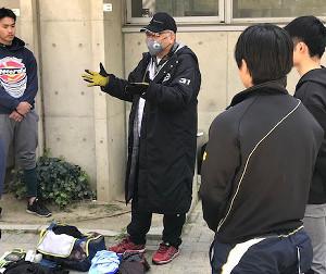 草野球チームの監督を務め、試合後のミーティングを行う掛布雅之氏