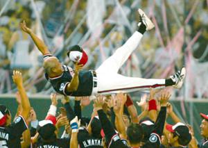 2003年の都市対抗決勝、逆転で優勝を決め胴上げされる三菱ふそう川崎・垣野監督