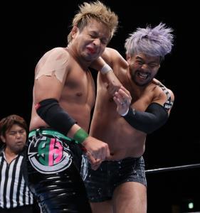 YOSHI―HASHI(左)に強烈なエルボーを叩き込むKENTA(新日本プロレス提供)