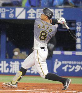 6回無死、右中間場外本塁打を放った佐藤輝明