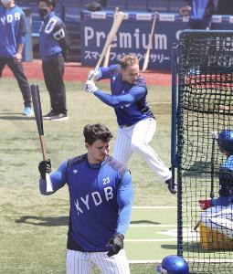 試合前練習で並んでティー打撃をするタイラー・オースティン(手前)とネフタリ・ソト