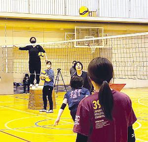 練習始動で選手を指導する成田監督(左奥)