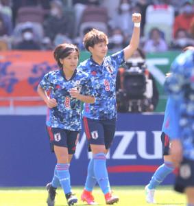 前半、ゴールを決めガッツポーズする菅沢優衣香(中)(カメラ・宮崎 亮太)