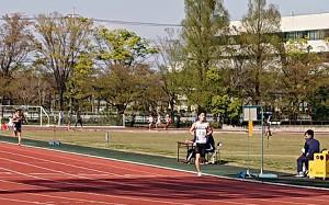 5000メートルで快勝した東京国際大の丹所健(右)