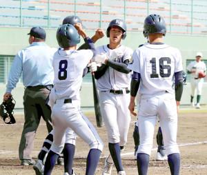 5回1死二塁、左越え2ランを放った熊野・関矢舜(左から3人目)はチームメートの出迎えを受ける