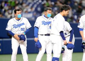 試合後ファンにあいさつする与田剛監督(左)
